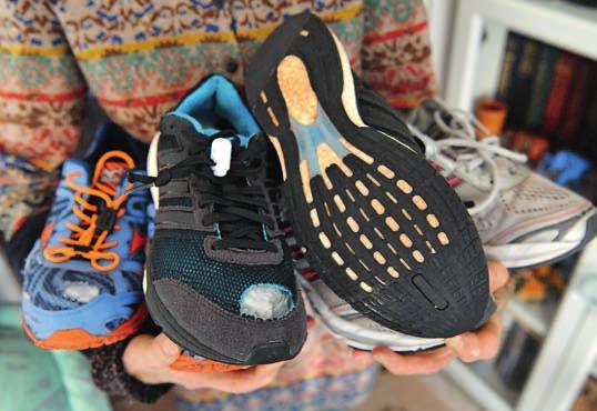 Materialverschleiß und Sammlerliebe: Schuhe und Shirts von Sigrid Eichner